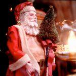サンタクロースの服が赤いのは何故?