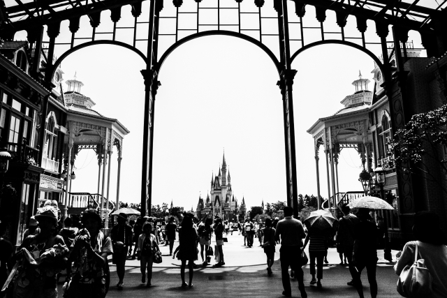 雨の日のディズニーランドの門