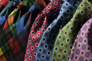 様々な色のネクタイ