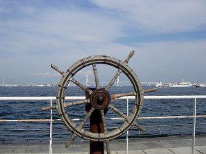 船の舵をとる
