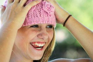 サマーニット帽をかぶって笑顔に
