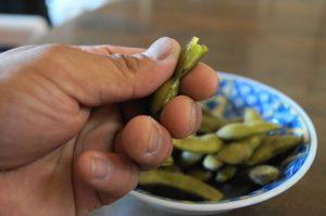 枝豆を食べる
