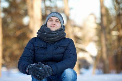 手袋をした男性