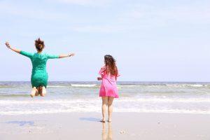 海で遊ぶ女性