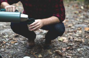 水筒のお茶をコップに入れる