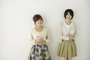 春秋用の服を着た2人の女性