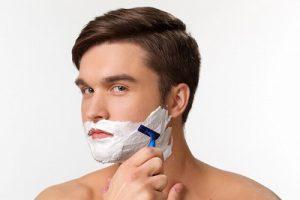 ひげを剃る男性
