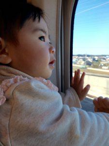 新幹線に乗る赤ちゃん