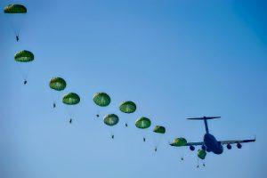 飛行機とパラシュート