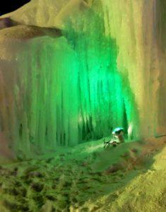 緑に光る氷像