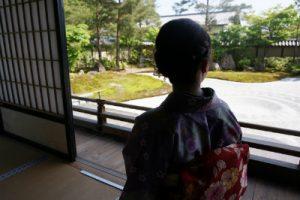 日本庭園で枯山水を望む