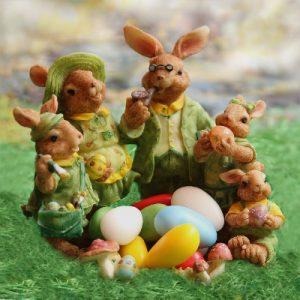 イースターのうさぎと卵