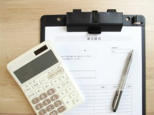 電卓とビジネス書類
