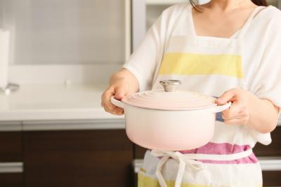 エプロンをつけて料理中の母親
