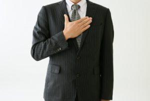 挨拶する新入社員の男性