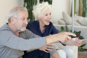 テレビを楽しくみている老夫婦