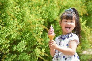 ソフトクリームを持った女の子の写真