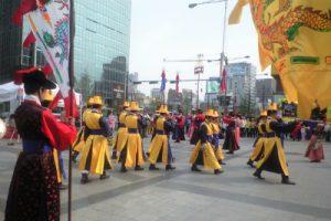 韓国の衣装をきた人たち