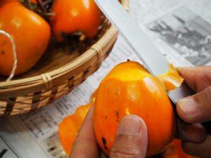 柿の皮をむく