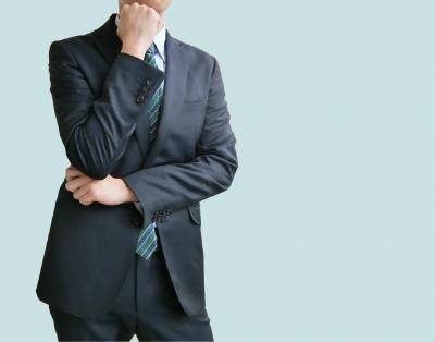 意味が微妙に違うビジネス用語に悩む男性