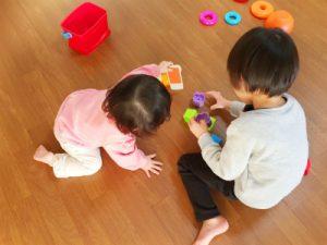 妹と遊ぶ子供