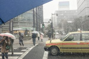 雪が舞う町並み