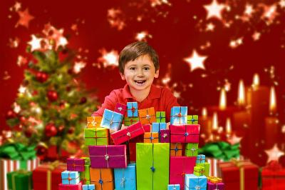クリスマスプレゼントをもらって喜ぶ小学生