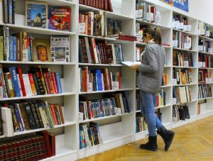 図書館で本を読む