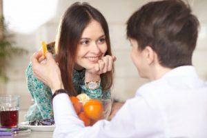 デートでオレンジジュースを飲む