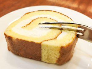 ロールケーキを食べる