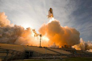 宇宙へ向けてロケット発射