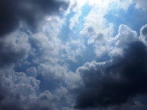 雨が降ってきそうな状態の雲