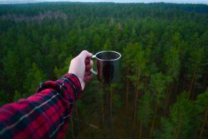 キャンプで飲み物を飲む