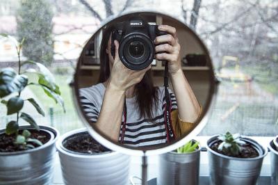 鏡に写ったカメラ