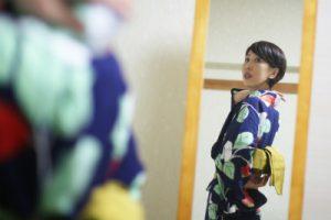 鏡に写った女性
