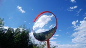 空がうつった鏡
