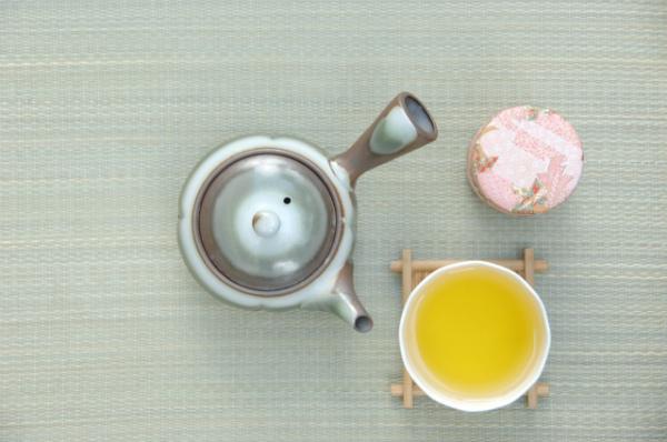 お茶を急須から淹れる